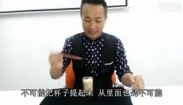 如何用一根筷子提起一个杯子,原来这么简单