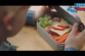 挪威的一个公益广告。男孩没有午餐,同学们默不作声将自己的午餐分享给同学,虽然没有一句语言表达,但是却感受到了满满的爱意!