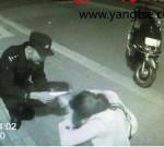 大晚上,市区一女子醉酒卧躺路边,民警接报后安全守护