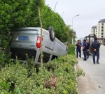 惊险!姜堰城西发生车祸,一面包车腾空翻车,司机竟毫发无损