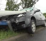 驚險!司機開車分神,小汽車被防撞護欄