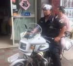 姜堰一警用摩托車上坐著便裝女子,有人懷疑是公車私用……
