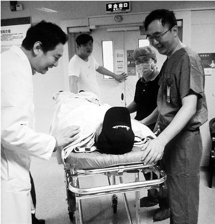任海涛医生(右一)送小朱出院。院方供图