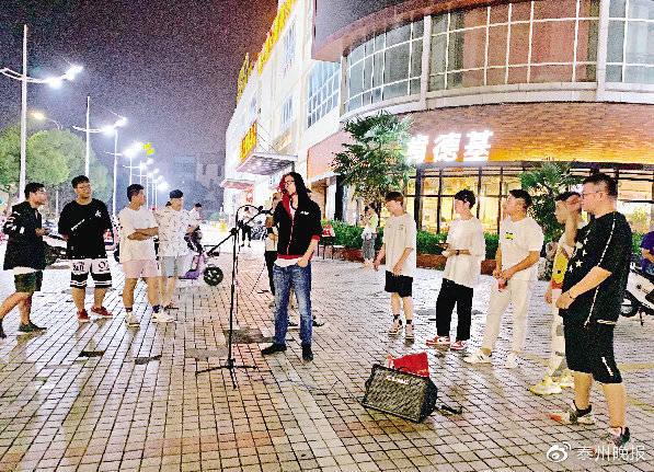 李晓俊正在演唱陈奕迅的歌曲