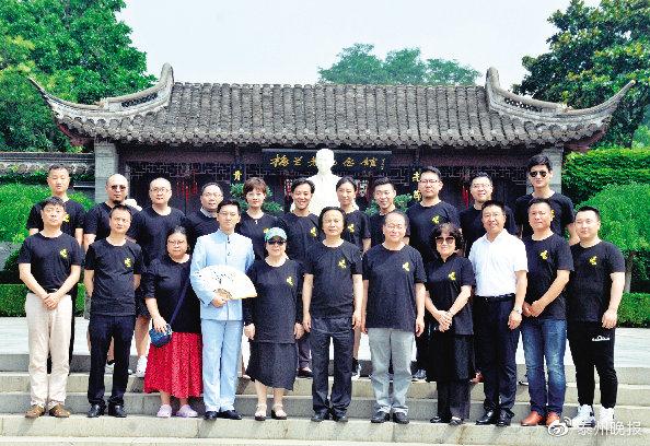 《蓄须记》主创人员在泰州梅园合影。