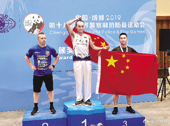 刘建海(右)在18-29岁年龄组66公斤级别卧推比赛中获得铜牌。