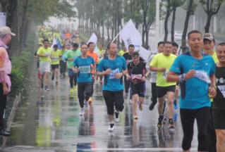 市五运会长跑项目今天上午开赛 近七百名选手参加比赛