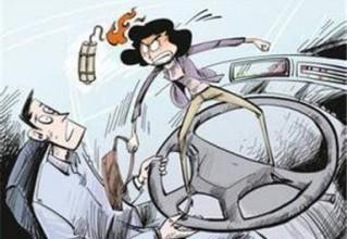 靖江一对夫妻开车时斗气争抢方向盘 结果车撞树险下河