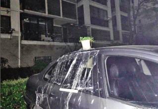 暖心!粗心车主下雨天忘关后车窗,好邻居用保鲜膜封窗挡雨