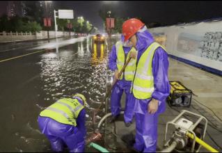 泰州市政道路养护人员:24小时不间断巡查 抢排城市涝水