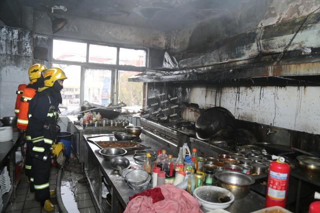 消防部分提示,近似饭馆厨房排烟管着火的征象时有发生,餐饮从业职员