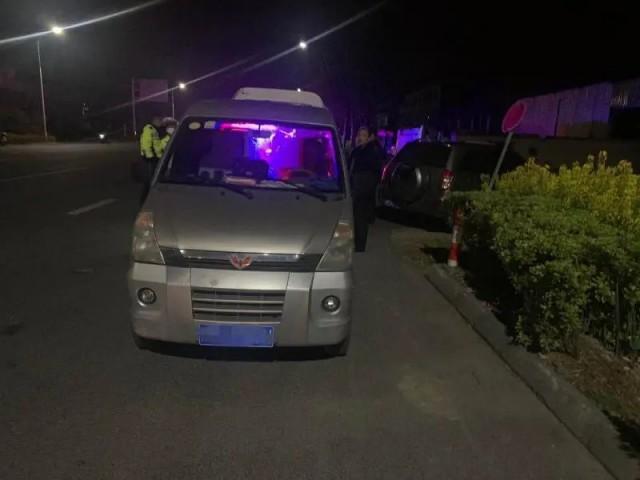 姜堰交警查获一非法运输香烟车辆!车内品牌香烟450条……