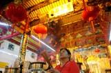 除夕夜 全球的寺庙被香客挤爆