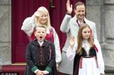 挪威王室庆祝国庆日 小王子打哈欠吐舌头