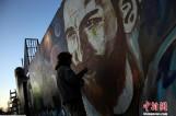【图文】梅西大婚前夕艺术家街头作画 为球王婚礼造势