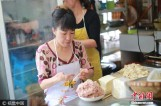 【图文】重庆大姐每天包2400个抄手 用两根手指赚两套房