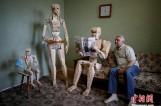 """【图文】乌克兰男子打造木制机器人""""一家"""" 用1750块零件"""