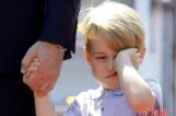 【图文】英乔治王子随父母出访 睡眼惺忪狂揉眼